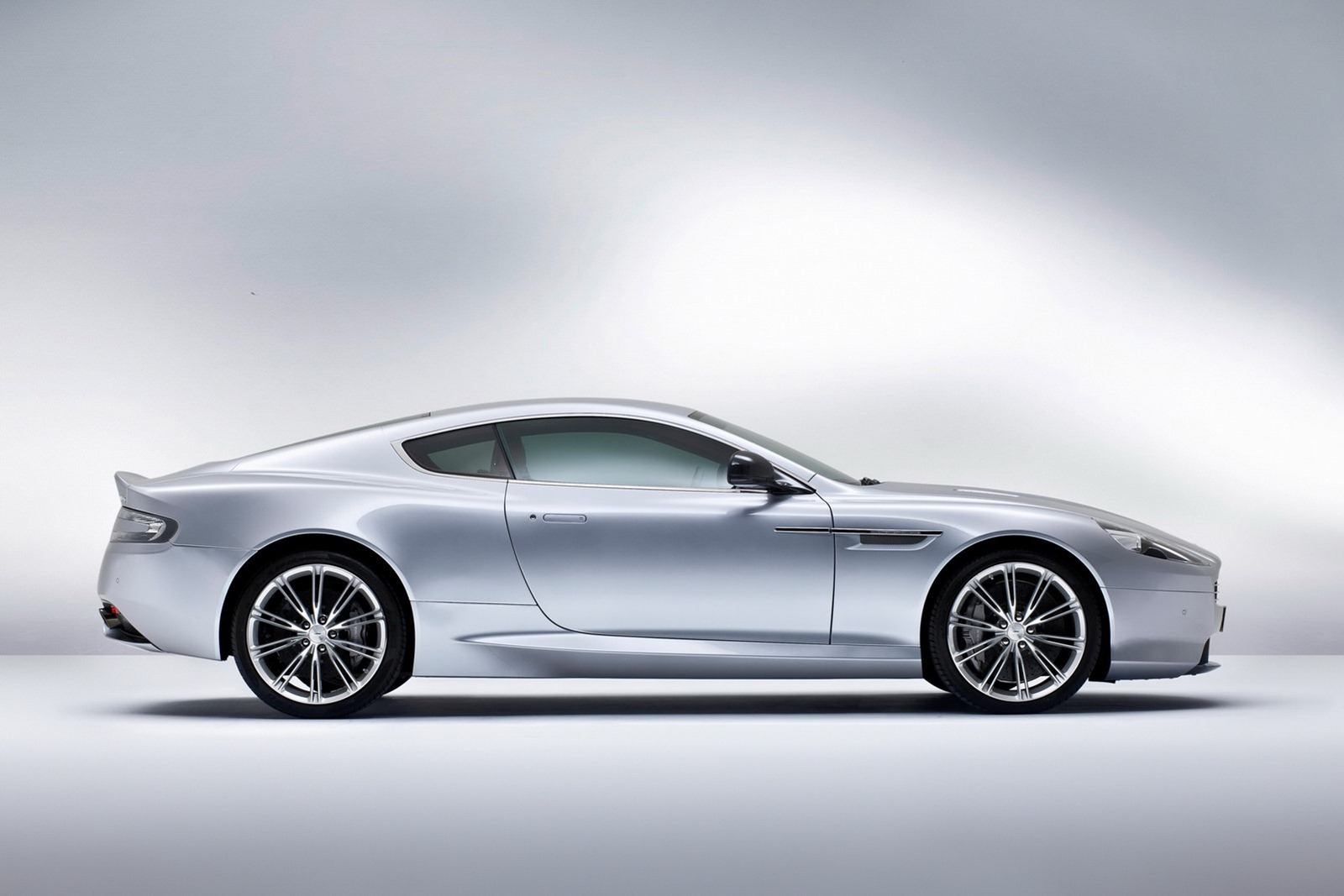Aston_Martin_DB9_2013_Side