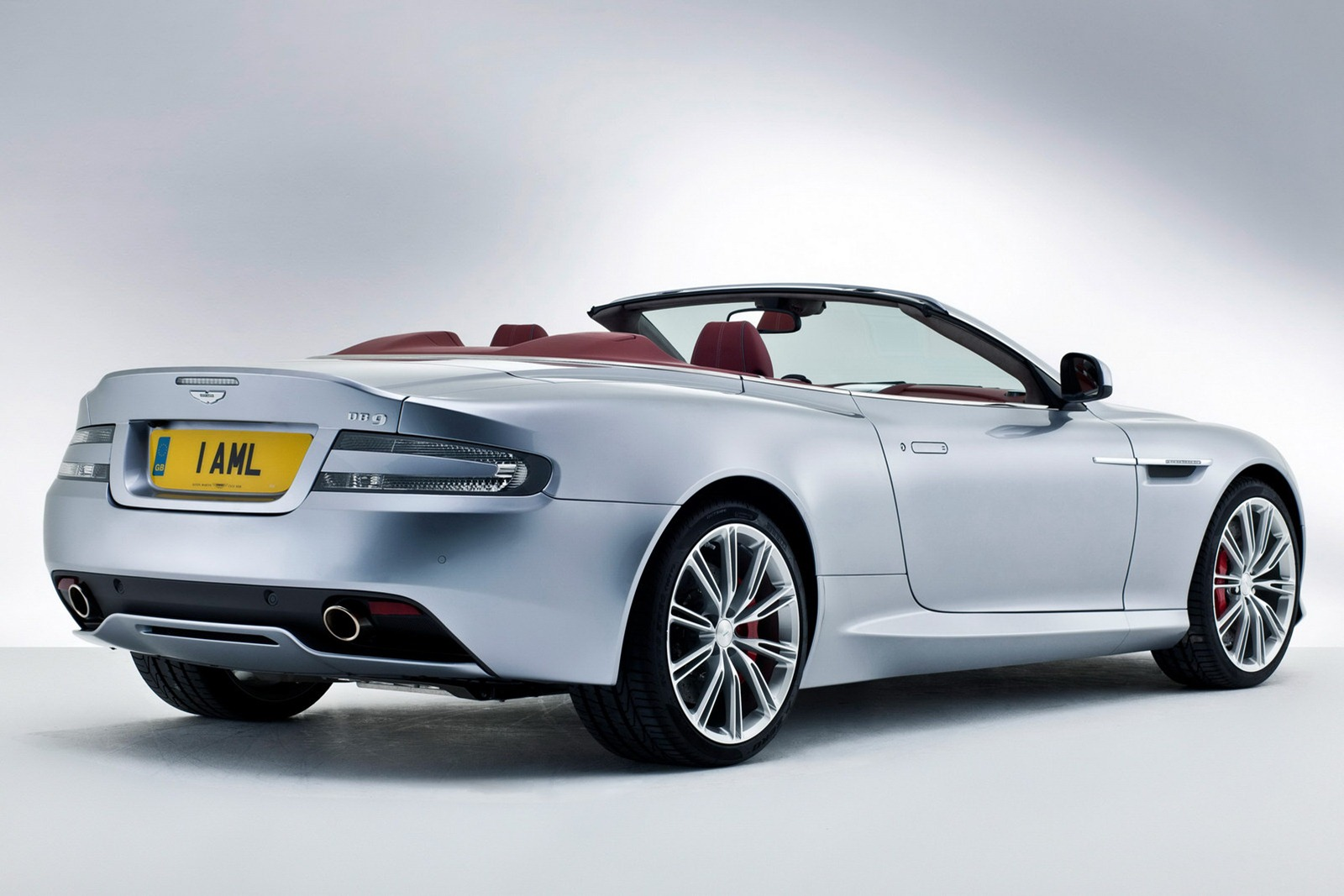 Aston_Martin_DB9_2013_Volante_Rear_3Q