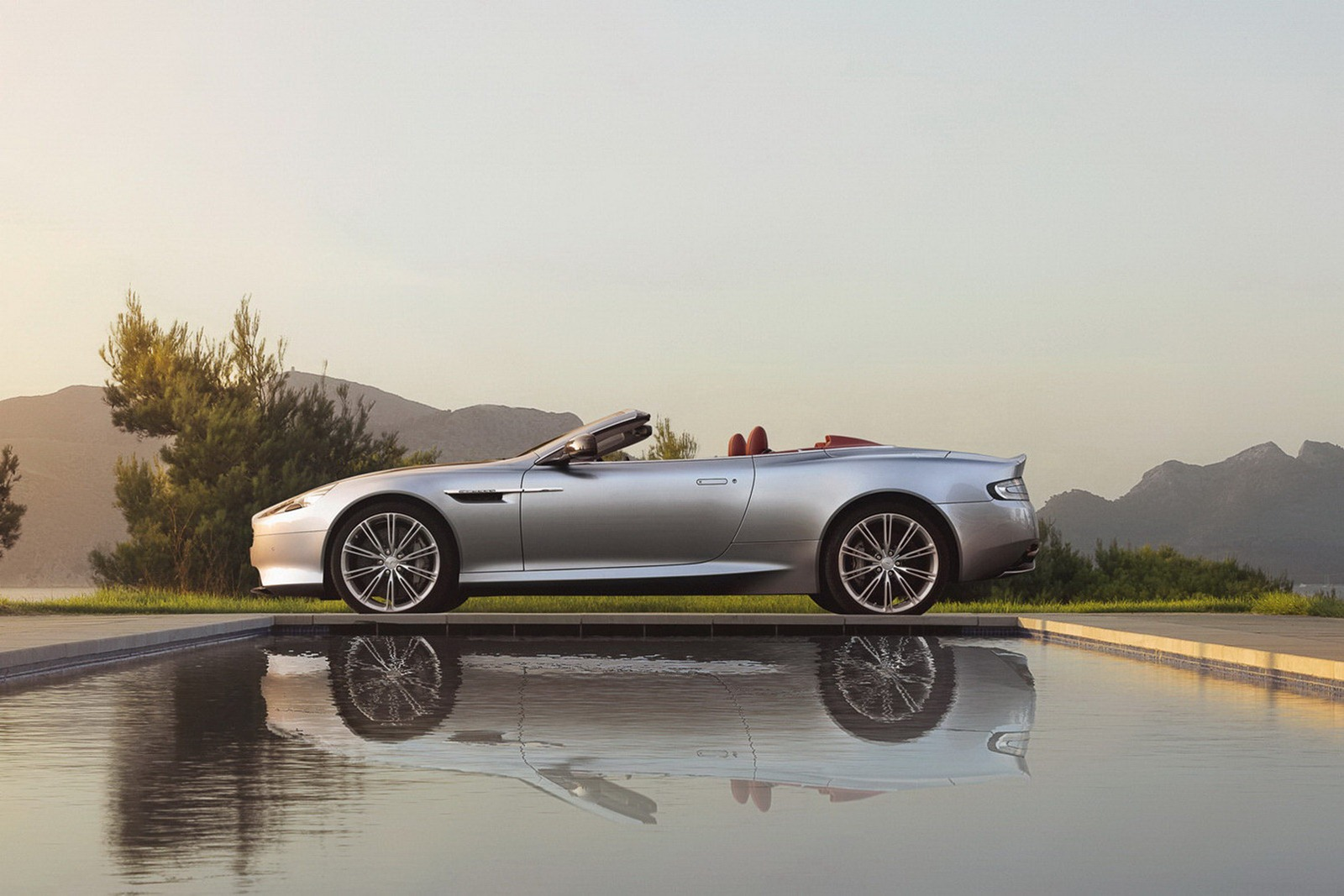 Aston_Martin_DB9_Volante_2013_Side