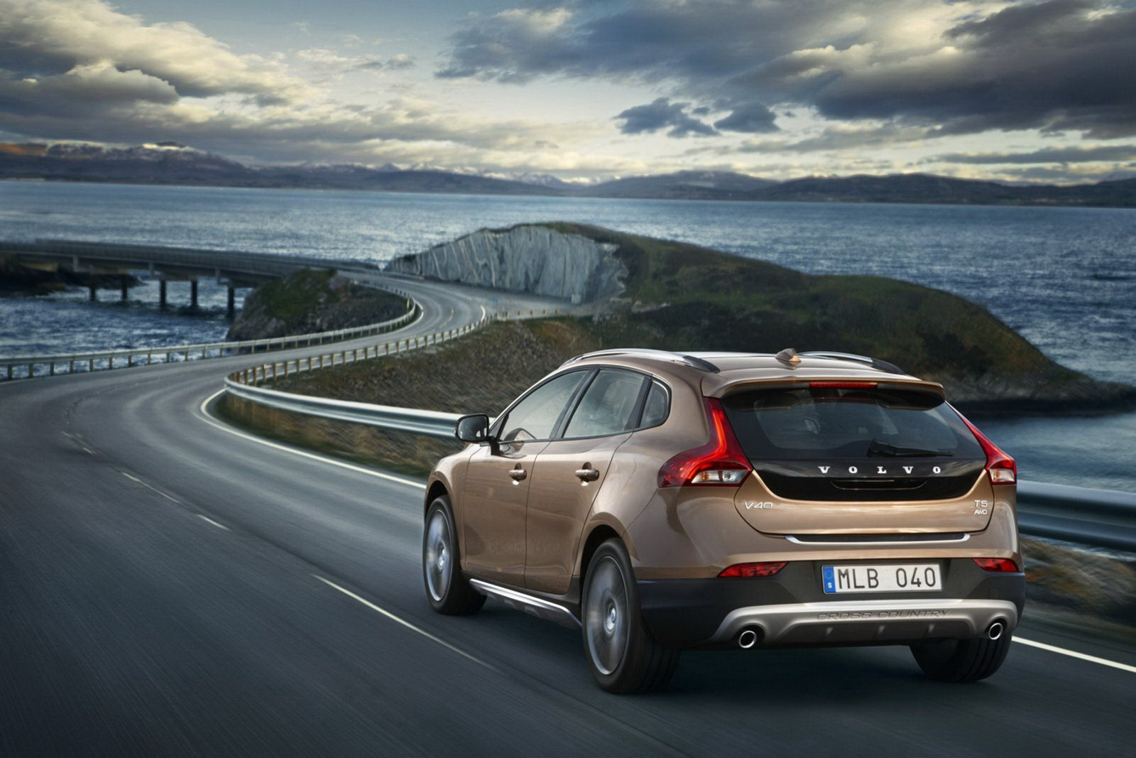 Volvo_V40_Cross_Country_Driving