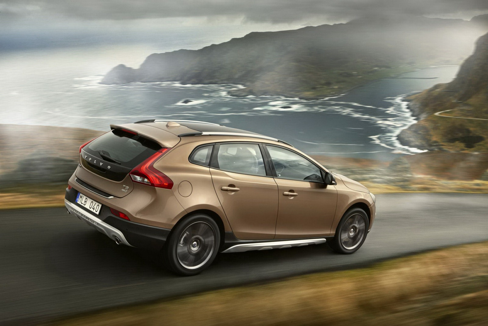 Volvo_V40_Cross_Country_Driving_2