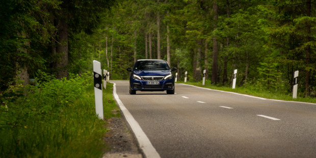 Peugeot-308-2017-Driving